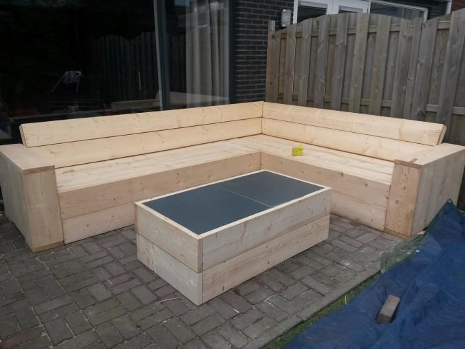 Hoekbank en salontafel van steigerhout for Steigerhout tuinmeubelen zelf maken