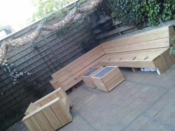 Kleine hoekbank buiten buiten de eettafel met banken en loungebank ook een buitenkeuken home - Deco kleine tuin buiten ...
